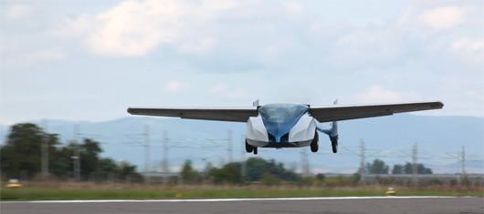 L'Aeromobil 2.5 (ici à l'atterrissage), visuellement très proche de la prochaine génération 3.0, a fini d'être testée en janvier 2014. (©Aeromobil)