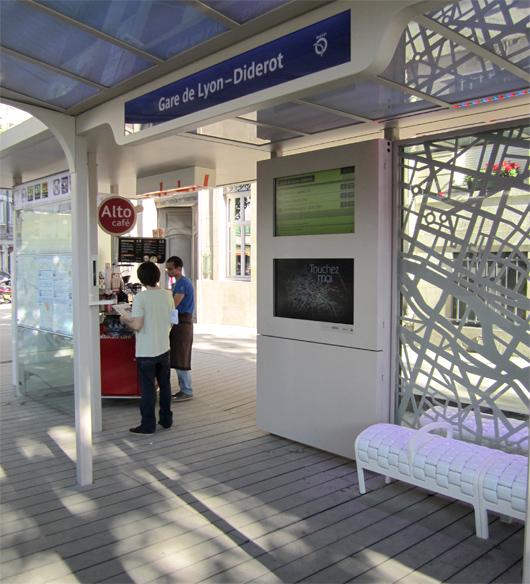 La station de bus est dite « augmentée », c'est-à-dire non restreinte aux fonctions de transport, et favorise l'accès des personnes en situation de handicap. (©2012)