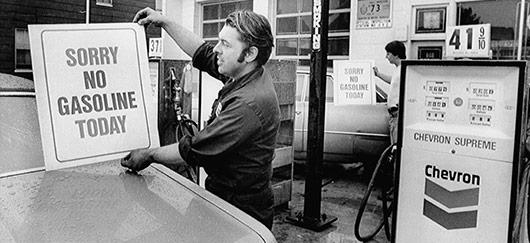 En août 1973, des centaines de stations d'essence ferment pour protester contre la politique gouvernementale de contrôle des prix.