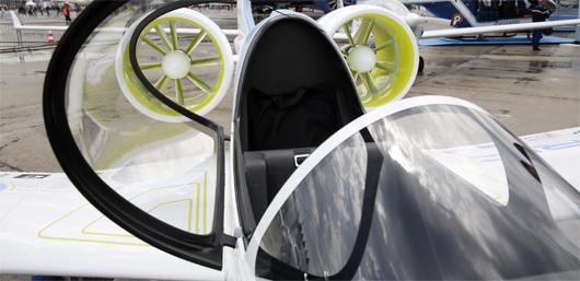 Présenté au Bourget, l'E-Fan est un biplace de 9,50 m d'envergure. Il a vocation a assurer des vols courts de 30 minutes à une heure, notamment pour former des pilotes débutants. (©EADS)