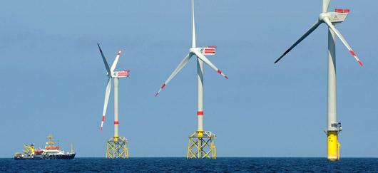 """Parc éolien offshore """"Alpha Ventus"""", à 45 km de l'île de Borkum, Allemagne (© 2011)"""