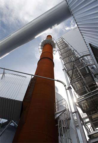 La vapeur à haute pression issue de la chaudière haute de 40 mètres est ensuite détendue dans 2 turboalternateurs qui devraient produire 420 GWh par an, soit l'équivalent de la consommation d'une ville de 40 000 habitants. (©Phototheque VEOLIA - Rodolphe Escher)