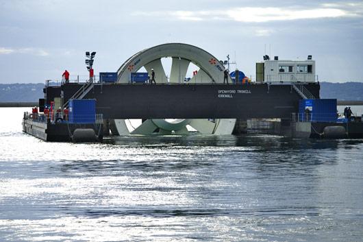 Une barge de 58 m de long a été spécialement conçue pour acheminer l'hydrolienne pilote au large de Paimpol-Bréhat (©EDF, 2011)