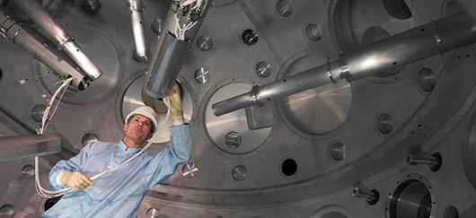 Contrôles de diagnostics à l'intérieur de la chambre d'expérience de l'installation prototype du futur Laser méga-joule (Source: CEA)
