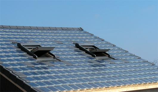 Une rénovation de la toiture peut être aisément réalisée en remplaçant les tuiles standards par les tuiles photovoltaïques.(©Luxol)