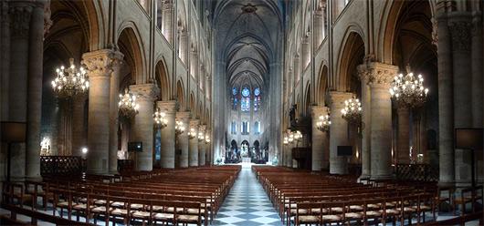 Notre-Dame de Paris possède 5 nefs, 37 chapelles et 3 roses qui sont mieux valorisées avec le nouvel éclairage installé. (©Philips)