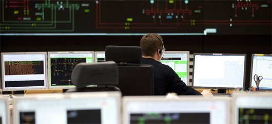 Dispatcheur surveillant l'équilibre des flux électriques sur le réseau de transport (©RTE)