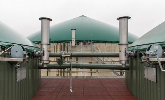 Au premier plan, la transition entre le digesteur et le post-digesteur. A l'arrière-plan, le réservoir de stockage du digestat. (©ARENE-C. Bertolin)