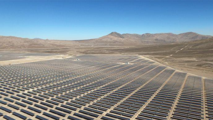 Situé sur un plateau à 1 700 m d'altitude, ce parc solaire bénéficiera d'un des plus hauts niveaux de radiation solaire au monde, de l'ordre de 3 669 kWh/m2/an, avec un climat sec et pas trop chaud. (©EDF)