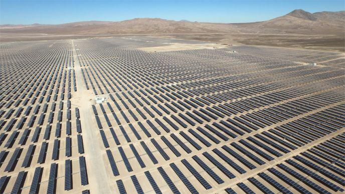 Les 475 000 panneaux photovoltaïques composant la centrale de Boléro sont implantés sur une surface de 545 hectares, soit l'équivalent de plus de 700 terrains de football. (©EDF)