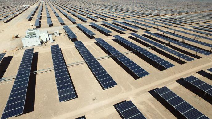 Les différents modules photovoltaïques, fabriqués par les sociétés Canadian solar et Jinko, sont tous équipés d'un tracker leur permettant de suivre la course du soleil. (©EDF)